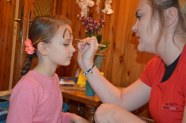 pomalowanie buziek dla dziewczynki