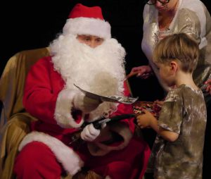 Mikołaj ze sztuczną brodą