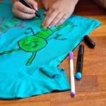 zabawy-w-domu-malowanie-koszulki-pastele-do-tkanin-1