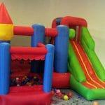 Mały zamek ze zjeżdżalnią dla dzieci